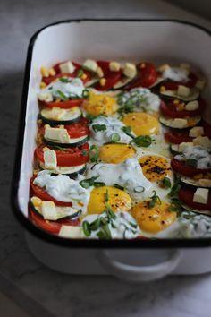 Pieczone jajka sadzone z cukinią, pomidorami i fetą