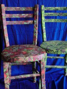Sedie ricoperte di salviette colorate e colla. Un bell'effetto di restauro 8-)