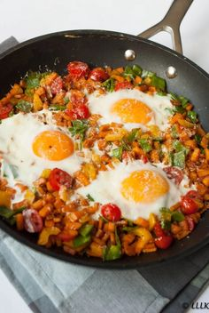 Zoete aardappel pan met ei,peultjes en paprika Sweet potato pan with egg, snow peas and peppers Veggie Recipes, Vegetarian Recipes, Healthy Recipes, Corn Recipes, Healthy Diners, Happy Foods, Food Inspiration, Love Food, Food To Make