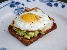 Ristet rugbrød med spejlæg og avocado Easy Healthy Recipes, Healthy Cooking, Healthy Food, Food Porn, Danish Food, Avocado, Prepped Lunches, Sandwiches, Recipes From Heaven