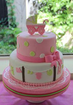 pastel de varios pisos que tiene una carreola en la cima