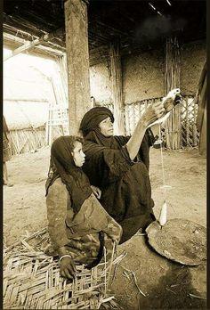 غزل الصوف - اهوار العراق Rare Photos, Old Photos, Vintage Photos, Once Upon A Time, Baghdad Iraq, Iranian Art, Historical Pictures, Love Art, Egypt