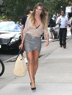 """breathtakingwomen: """"Heidi Klum out and About, New York City July, """" gray leather skirt Sexy Outfits, Sexy Dresses, Classy Women, Sexy Women, Great Legs, Sexy Skirt, Heidi Klum, Models, Mannequins"""