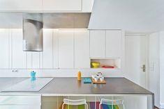 Esta apartamento de 72m², localizado em Montmartre, Paris, na França, foi reformado pelo pessoal do escritório SABO project, uma empresa de design que trab
