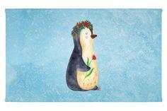 Gäste Handtuch Pinguin Blumenkranz aus Kunstfaser  Natur - Das Original von Mr. & Mrs. Panda.  Das wunderschöne Gästehandtuch von Mr. & Mrs. Panda wird liebevoll von uns bedruckt und hat die Größe 30x50 cm.    Über unser Motiv Pinguin Blumenkranz      Verwendete Materialien  Die verwendete sehr hochwertige Kunstfaser ist langlebig, strapazierfähig und abwaschbar und wird von uns per Hand bedruckt. Es handelt sich um ein besonders schönes und leichtes Material, welches sich edel und langlebig…