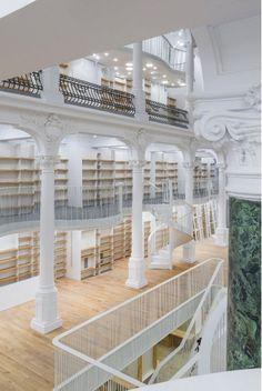 """Librairie """"Carrousel de Lumière"""" récemment ouverte au 55 Strada Lipscani - Bucarest - Roumanie"""