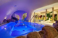 💦 Unser Pauschalen-Deal der Woche! 😍 Therme schnuppern im exklusiven ⭐⭐⭐⭐⭐ Hotel Pulverer! 2 Nächte schon ab €282.- inkl. Verwöhnpension!  #leadingsparesorts #leadingspa #wellness #spa #beauty #therme #kärnten #österreich #wellnesshotel #wellnessurlaub #angebot #urlaub #wellbeing #hotels #luxury #buchen Medical Wellness, Wellness Spa, Resorts, Baden Germany, Outdoor Bathtub, Hotels, Indoor, How To Plan, Mansions