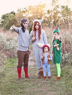 and The Lost Boys Costume DIY Peter Pan and the Lost Boys-- such a fun costume idea!Peter Pan and the Lost Boys-- such a fun costume idea! Themed Halloween Costumes, Soirée Halloween, Family Halloween Costumes, Halloween Cupcakes, Peter Pan Halloween, Halloween Couples, Vintage Halloween, Easy Disney Costumes, Diy Costumes For Boys