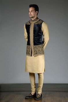 Noida's largest online shopping store for designer Indo westerns menswear. Latest collections of Indo western menswear in Delhi NCR & California. Indian Wedding Clothes For Men, Wedding Kurta For Men, Wedding Dress Men, Indian Wedding Outfits, Wedding Sherwani, India Fashion Men, Indian Men Fashion, Men's Fashion, Blazer Outfits Men