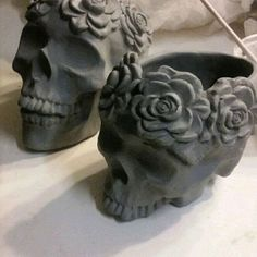 Fantastic Photo Sculpture Clay skull Strategies There are lots of different types of clay-based used in porcelain figurine, just about all diverse regarding Pottery Sculpture, Sculpture Clay, Ceramic Sculptures, Ceramic Clay, Ceramic Pottery, Slab Pottery, Ceramic Bowls, Ceramica Exterior, Skull Planter