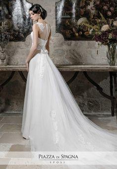 Inconfondibile il gusto raffinato e delicato degli abiti da #sposa #NadiaOrlando. Guarda la collezione 2017 su http://www.piazzadispagnasposi.it/collezioni/sposa/nadia-orlando-2017/