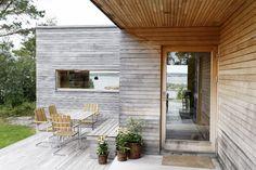 Nøktern perle: Hytta ble lagt så lavt som mulig i terrenget Weekend House, Scandi Style, Beach House, Construction, Exterior, House Design, Patio, Mansions, Architecture