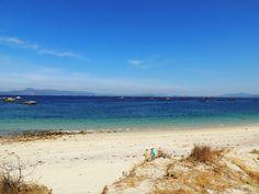 """Playa de """"O Carreiro"""". En primer plano una duna. En el mar, se ven las mejilloneras o """"bateas"""", que producen casi todo los mejillones de Europa y también pulpo, marisco, etc."""
