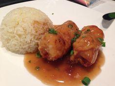 Pollo enrollado con esparragos en salsa de ostion. Peruvian Dishes, Peruvian Recipes, Main Dishes, Chicken, Pastel, Food, Places, Pork, Sauces