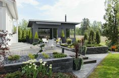 Elämää puutarhassa: Takapihan terassi + pergolakatos