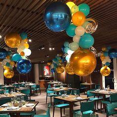 Oro en el mar....centros de mesa en el techo . Design by Luz Paz.#luzpazballoonartist