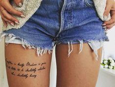 modele tatouage sur la cuisse citation ecriture jambe femme