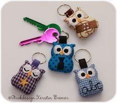 Mini owls as key rings. The mini owls are available as ITH embroidery files for the embroidery machine. They are embroidered as part of the embroidery machine. The embroidery file is available from Kerstin Bremer. Mini Owl ITH Embroidery for an embro Fabric Crafts, Sewing Crafts, Sewing Projects, Best Embroidery Machine, Machine Embroidery Designs, Embroidery Files, Embroidery Stitches, Owl Crafts, Machine Design