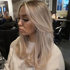 A beautiful gallery of the top 12 colors for the winter, to observe and discover in every detail: watch with us and choose the best! - All For Hair Color Balayage Blonde Hair With Highlights, Brown Blonde Hair, Blonde Hair For Winter, Guy Tang Blonde, Wavy Hair, Medium Ash Blonde Hair, Blonde Layers, Gold Blonde, Color Highlights