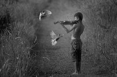 jongen speelt viool.