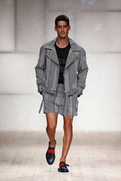 Apostando por la colorimetría uniforme de los pies a la cabeza, Luis Carvalho cierra con éxito una edición más de la semana de la mod...