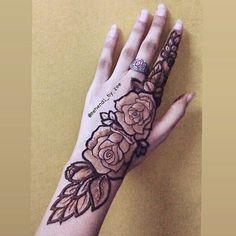I absolutely love this #rose #henna #lotus #mehendilove #lotuscut #hennatattoo #hennadesigns #mehnditattoos #bridal #mehndi #lotusflower #roses #boho #tattoo #hennainspo #lotusdesign #tattoos #lotustattoo #bridesofindia #dubaiarabic #mehendi #awesomemehandi #mehnditattoo #latesthennadesigns #go2hennapage #hennainspo_ #hennaglobe__ #mehendi_by_zee #henna_heaven #awesomemehandi #roses Modern Henna Designs, Rose Mehndi Designs, Latest Henna Designs, Indian Henna Designs, Stylish Mehndi Designs, Wedding Mehndi Designs, Beautiful Mehndi Design, Latest Mehndi Designs, Henna Tattoo Designs