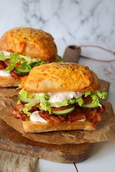 Den Lækreste Baconsandwich – One Kitchen – A Thousand Ideas Sandwiches, Food Film, Bacon Sandwich, Good Food, Yummy Food, Clean Eating Snacks, Street Food, Food Inspiration, Food Porn