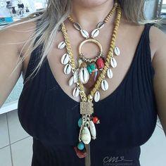 A imagem pode conter: uma ou mais pessoas Cowrie Shell Necklace, Seashell Necklace, Shell Necklaces, Big Jewelry, Ethnic Jewelry, Jewellery, Stuff To Do, Sea Shells, Chokers
