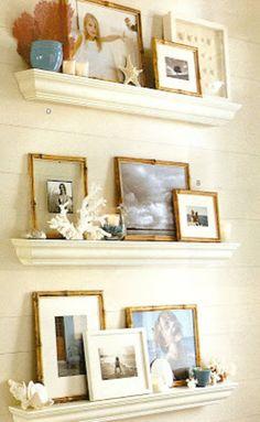 大きめのサンゴやヒトデは、写真を入れたフレームとともに棚に飾って。夏の思い出とともに飾ることができて、素敵なコーナーに仕上がっています。