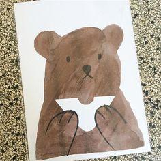 Kennt Ihr noch diesen Kollegen? Jaaaa... Butty Bear ist wieder da! Als Druck und als Grußkarte. Zur Feier des langen Wochenendes hat er sich erst mal ein schönes Sandwich gemacht. Guten Appetit! Und Euch allen ein schönes langes Wochenende! 🐻  #Nordliebe #lisajonesstudio @lisajonesstudio #kunstfürkinder #kidsart #riso #siebdruck #bär #bear #hungrybear