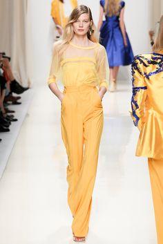 Valentin Yudashkin en amarillo pantalones rector tiro alto. blusa semitransparente detalles cuello y mangas