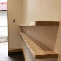 玄関横の飾り棚。上の段には写真やお花を飾れます。下の段は鍵置き場にしたりと用途は多彩です