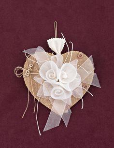 www.mpomponieres.gr Μπομπονιέρα γάμου καρδιά από λινάτσα με διακόσμηση λουλούδια από λευκή γάζα, κουμπάκια μπεζ και διακοσμητικό love, με τα κουφέτα μέσα σε πουγκάκι μικρό που κρέμεται στο πίσω μέρος. #mpomponieres #bomboniere #gamou #gamos #bonbonieres #μπομπονιερες #γαμου #γαμος #wedding #marriage http://www.mpomponieres.gr/mpomponieres-gamou/bomboniera-gamou-kardia-me-louloudia-kai-love.html