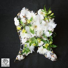 Engelen boeket.Raster gemaakt van ijzerdraad en wol. Er zitten Gerbera's, chrysanten, Incalelie's, Katoen, Veren en gouden glitter balletjes.