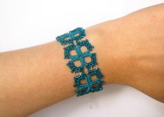 Ehi, ho trovato questa fantastica inserzione di Etsy su https://www.etsy.com/it/listing/160442504/teal-tatted-lace-bracelet-with-glass