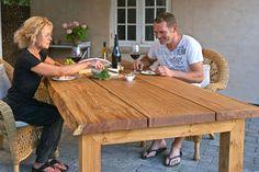 Jos saat käsiisi pari tammilankkua, voit rakentaa YLIVERTAISEN pihapöydän, joka kestää ulkona vuoden ympäri. Rakennusohjeet saat täältä!