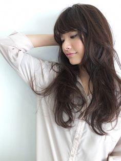 黒髪ロングヘアーのパーマスタイルで新しいわたしを演出