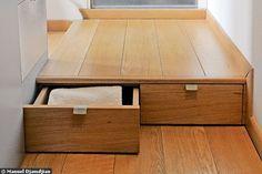 De l'entrée à la salle d'eau, une estrade en bois cache deux tiroirs - 19 m2 : mon petit duplex bourré d'astuces - CôtéMaison.fr  http://www.cotemaison.fr/loft-appartement/diaporama/19-m2-mon-petit-duplex-bourre-d-astuces_4357.html?p=4