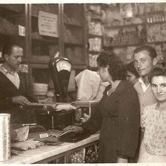 """Quando la pasta si comprava sfusa, come lo zucchero e gran parte dei generi alimentari. La carta con cui veniva avvolto lo zucchero: era azzurra e il colore si chiama ancora """"carta da zucchero"""". La carta oleata su cui si posava la marmellata Zuegg comprata a peso e raccolta dal droghiere da un mastello di legno."""