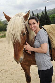 """La ravissante Adeline Blondieau, à Beaurecueil, pendant le tournage du docu-réalité """"Le cheval, c'est trop génial"""", le 2 mai 2013. Diffusion dès le 5 août sur Gulli."""