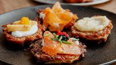 Galettes de pommes de terre (latkes) | 5 chefs dans ma cuisine | ICI Radio-Canada.ca Chuck Hughes, Marina Orsini, Salmon Burgers, Chefs, Breakfast, Canada, Ethnic Recipes, Food, Tv