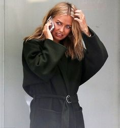 Is this the proof that they're married? Lara Bingle and Sam Worthington wear matching bands on their ring fingers after Maldives 'honeymoon' New York Outfits, Sam Worthington, Chic Outfits, Fashion Outfits, Australian Fashion, Pretty Baby, Newlyweds, Cool Girl, Fashion Models