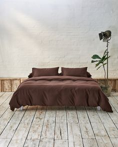 All your bedding essentials in one set. Our luxurious bedding is woven in Portugal with 100% premium long staple cotton and has a 400 thread count. Crafted to last and guarantee a restful night. Beddable's Acorn Brown is rich espresso hue with milk chocolate undertones. This earthy walnut is a perfect accent colour, which can be paired with lighter neutrals such as our Caramel Brown and Beige. Beige Bedding Sets, Dark Grey Bedding, Grey Duvet Set, Burgundy Bedding, Green Bedding, King Bedding Sets, Luxury Bedding Sets, Bedding Shop, Duvet Sets