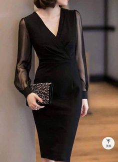 Anti-aging fashion: The elegance of black dresses ⋆ Facing the Sea - Informations About Moda anti-idade: A elegância dos vestidos pretos ⋆ De Frente Pa - Elegant Dresses For Women, Unique Prom Dresses, Simple Dresses, Beautiful Dresses, Vintage Dresses, Vestidos Vintage, Classy Dress, Classy Outfits, Stylish Outfits