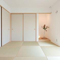 家族の、ベッド周り/塗り壁/しっくい/床の間/たたみ/和室についてのインテリア実例。 「リビング隣の和室。今...」 (2016-06-28 13:42:59に共有されました) Japan Design Interior, Modern Japanese Interior, Washitsu, Traditional Japanese House, Japanese Style, Zen Interiors, Tatami Room, Zen Room, Design Poster