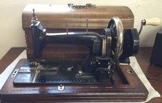 600 zł: Stara maszyna czółenko Dekoracje z masy perłowej   To może jeszcze być 19 wiek? do szycia pfaff takie są moje informacje - poszukiwania wskazują ze firma H LAURITZ Holenderska wykonywała maszyny albo ...