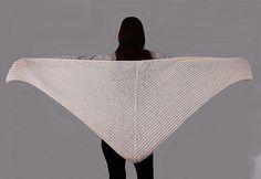 Pletený, velký šátek ze středně silné, měkké akrylové příze, která je svým složením a jemností vhodná pro miminka. Rozměr- 162 x 112 x 112 cm / měřeno volně rozložené /