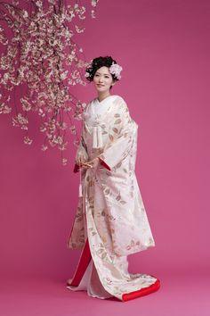 ブライダルハウスTUTU(Bridal House TUTU) 白地桃色牡丹 着物ウェディング 和婚 和装 打掛 Japanese Costume, Japanese Kimono, Kabuki Costume, Traditional Wedding Attire, Bride Veil, Wedding Kimono, Japanese Wedding, Kimono Fashion, Women's Fashion
