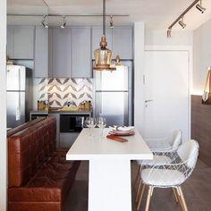 Boa tarde! Nesse cozinha integrada foi usado um sofá banco para melhorar o espaço de circulação. By @melinaromanointeriores. Marque seus amigos. Tag yours friends. #destino_casa_arrumada #decoração #arquitetura #viagem #interieur #archlovers #vacation #de