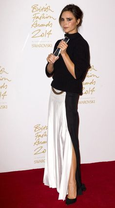 VICTORIA BECKHAM – Mrs. David Beckham wore a gorgeous ensemble from her very own label. It consisted of a black turtleneck sweater and a black and white skirt. Simple yet so chic and elegant.